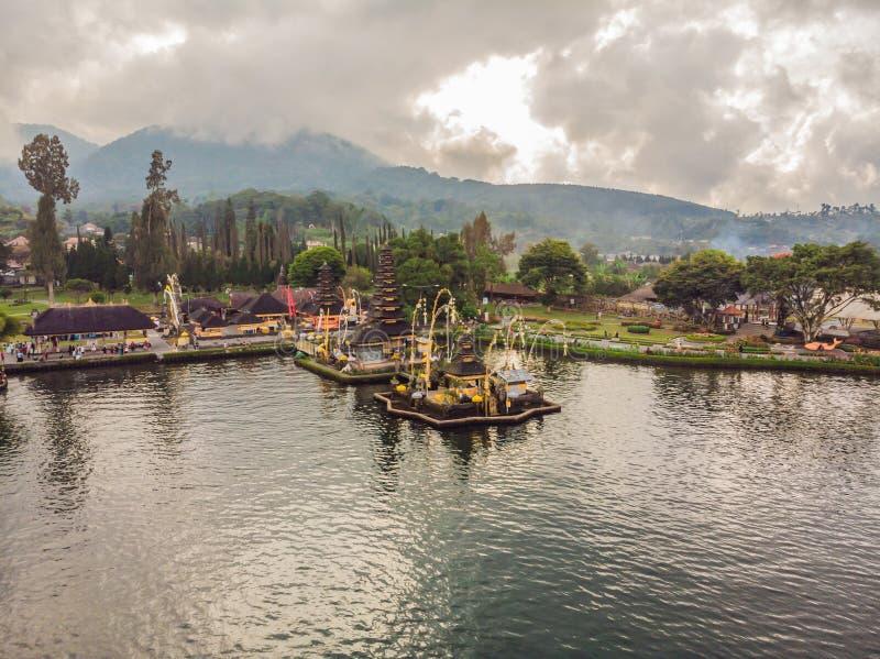 Foto del abejón Opinión aérea Pura Ulun Danu Bratan, Bali Templo hindú rodeado por las flores en el lago Bratan imágenes de archivo libres de regalías
