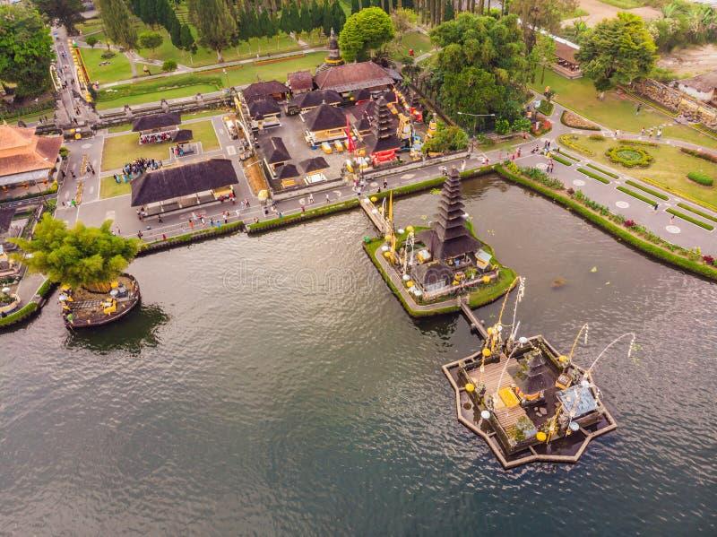 Foto del abejón Opinión aérea Pura Ulun Danu Bratan, Bali Templo hindú rodeado por las flores en el lago Bratan fotografía de archivo libre de regalías