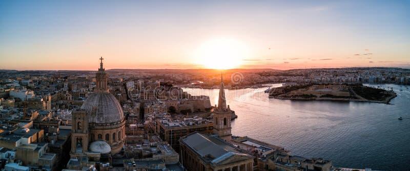 Foto del abejón - puesta del sol sobre La Valeta Malta fotografía de archivo