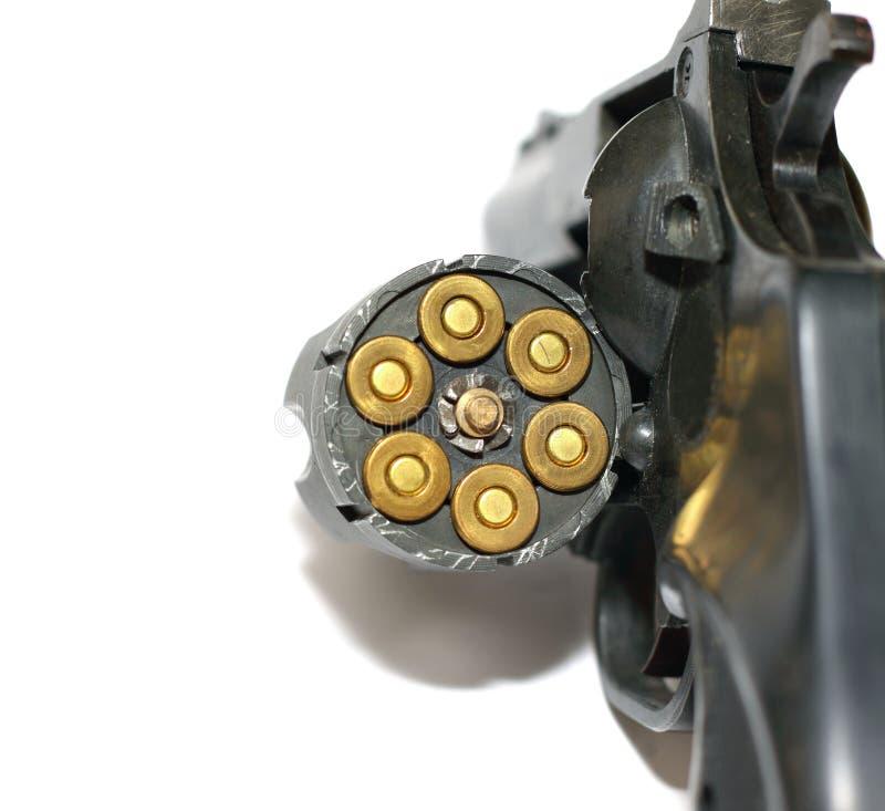 Foto del arma negro del revólver con los cartuchos aislados en el fondo blanco foto de archivo libre de regalías