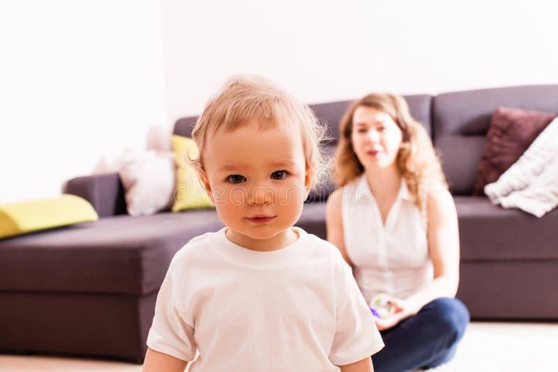 Foto del bebé adorable que mira la cámara imágenes de archivo libres de regalías