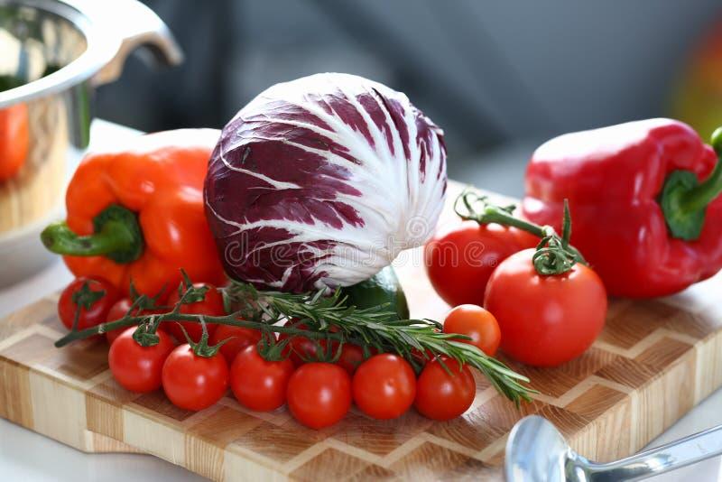 Foto del bordo di legno dell'assortimento di verdura fresca fotografie stock