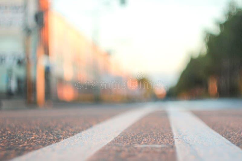 Foto del camino con una tira sólida doble con una pequeña profundidad del campo fotos de archivo