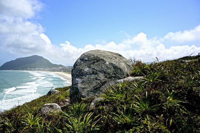 Foto del cielo de la roca de la naturaleza de la montaña imágenes de archivo libres de regalías