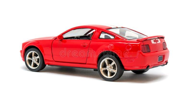 Foto del coche modelo del juguete rojo aislado en el fondo blanco fotos de archivo