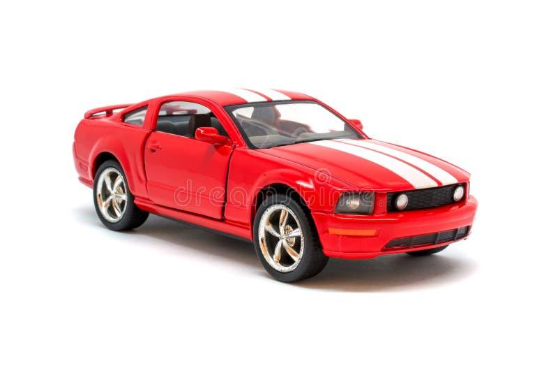 Foto del coche modelo del juguete rojo aislado en el fondo blanco imagenes de archivo