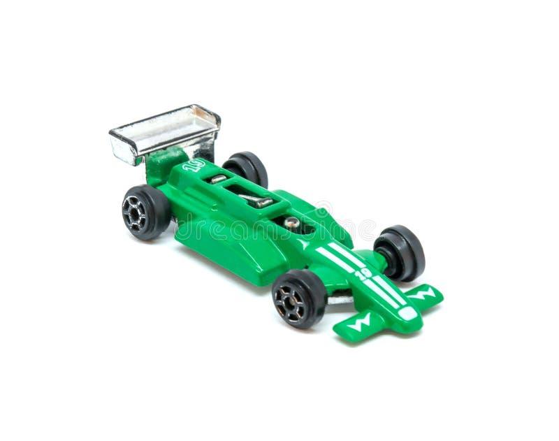 Foto del coche modelo del juguete verde aislado en el fondo blanco fotografía de archivo