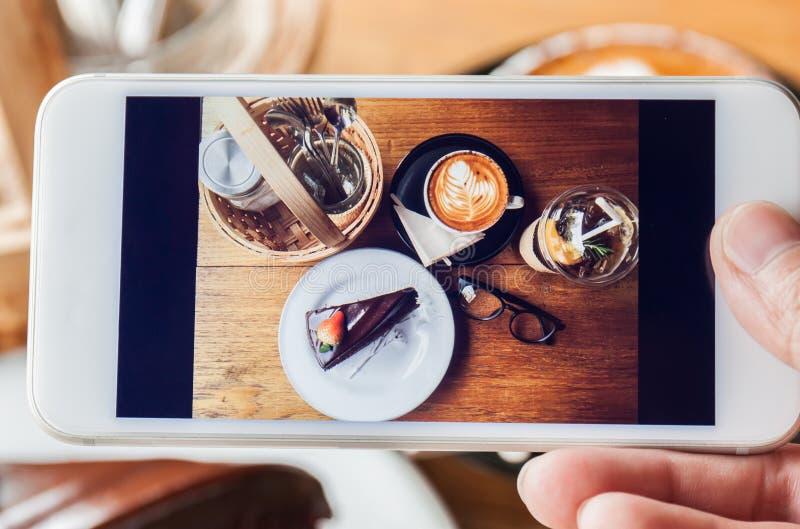 Foto del dolce di cioccolato, del cappucino, del monocolo, del condimento e del peac immagine stock libera da diritti