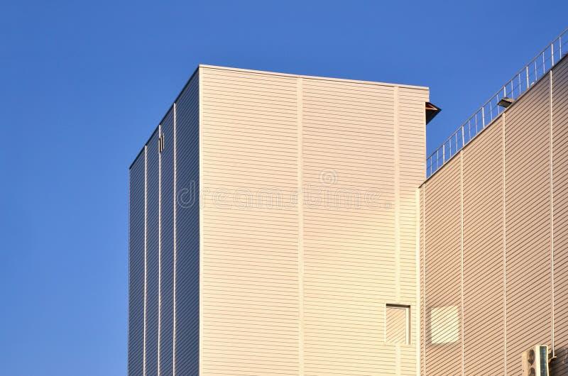 Foto del edificio alto industrial con el apartadero perfecto de la calidad en luz del sol El edificio enorme se cubre totalmente  fotografía de archivo