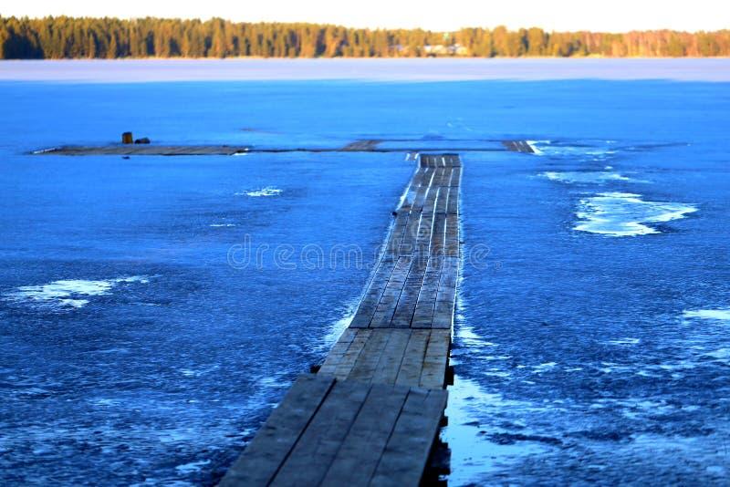 Foto del embarcadero congelado en el río imágenes de archivo libres de regalías