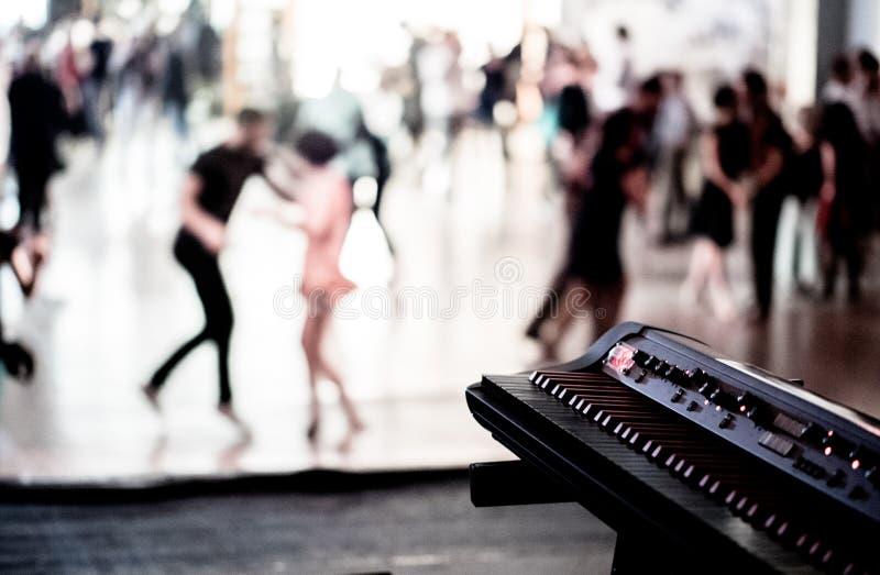Foto del estilo del vintage del pasillo de danza con el baile de la gente fotografía de archivo