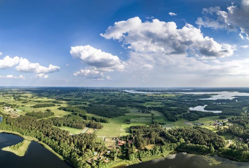 Foto del fuco - bello panorama del paesaggio sui laghi, sulle foreste e sul cielo blu sunnny di giorno di estate immagine stock libera da diritti