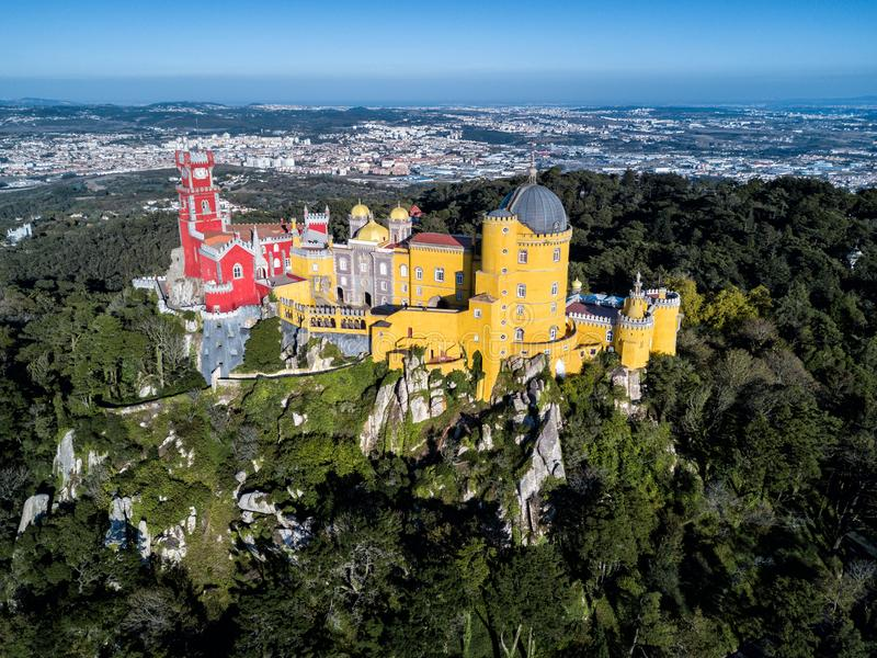 Foto del fuco - il castello attracca e del palazzo del cittadino di Sintra Sintra, Portogallo fotografia stock