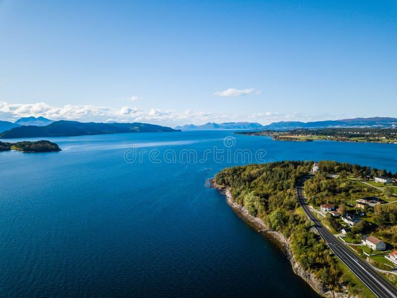 Foto del fuco del porto di traghetto in Langfjorden in Norvegia su Sunny Summer Day con le montagne ed i cieli blu nei precedenti immagini stock libere da diritti