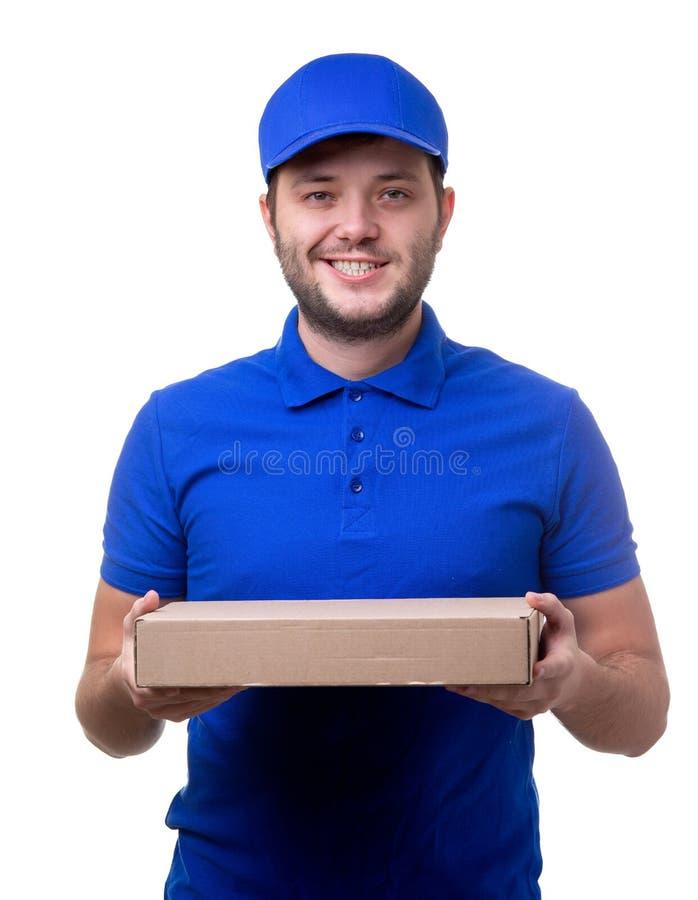 Foto del hombre en camiseta y gorra de béisbol azules con la caja de cartón para la pizza imagen de archivo