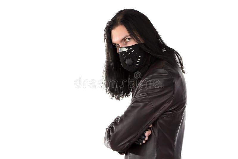 Foto del hombre en la capa y la máscara de cuero imagen de archivo