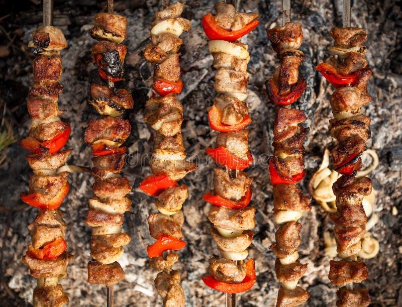 Foto del kebab che è cucinato sul fuoco fotografia stock libera da diritti