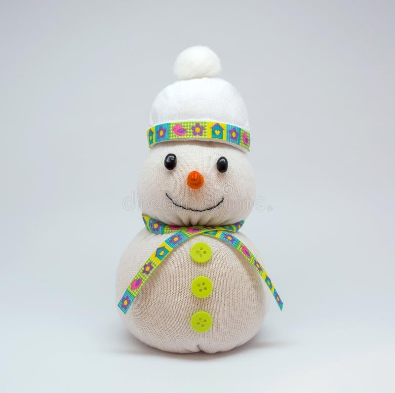 Foto del muñeco de nieve aislada en fondo neutral imagen de archivo libre de regalías