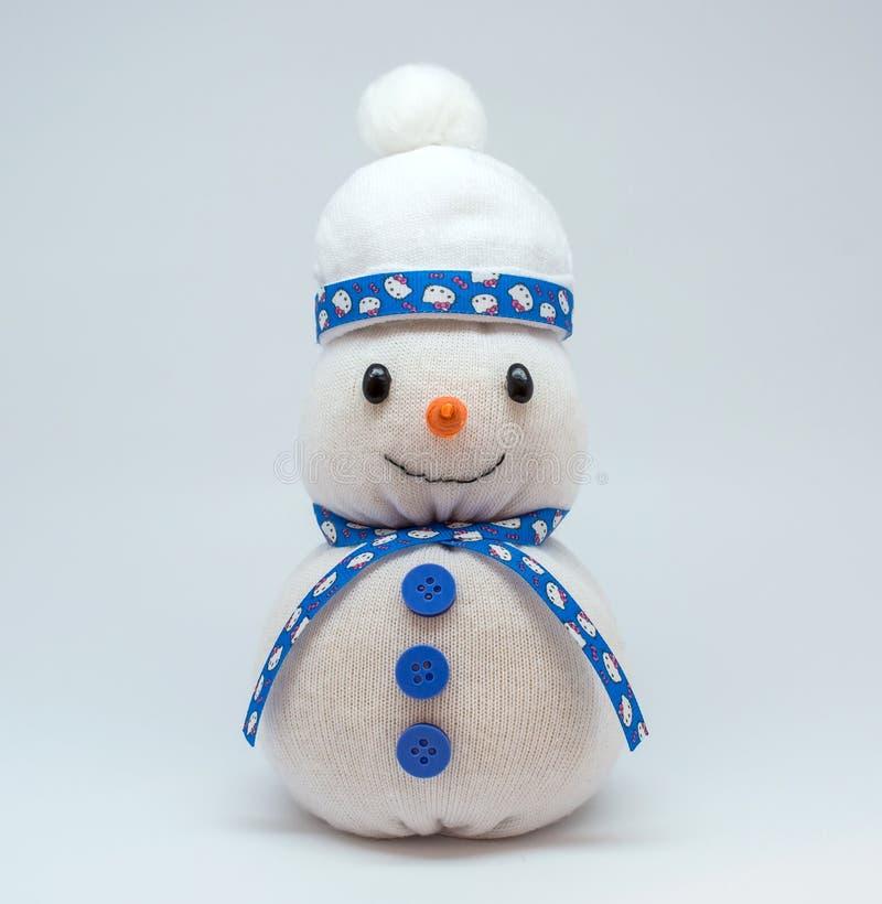 Foto del muñeco de nieve aislada en fondo neutral imagen de archivo
