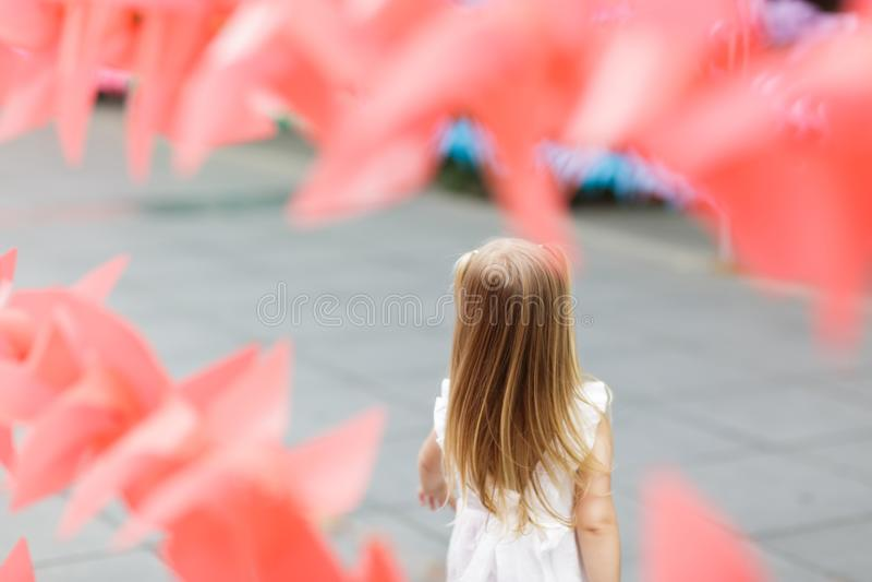 Foto del niño de detrás, pequeña muchacha rubia en naturaleza, en un paseo en el parque imágenes de archivo libres de regalías