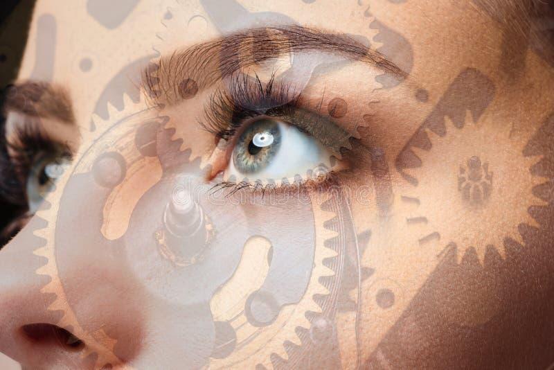 Foto del ojo y del mecanismo de la mujer Exposición doble imagenes de archivo