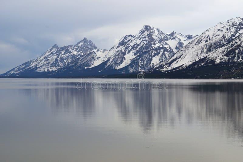 Foto del paesaggio della montagna innevata con il lago in priorità alta immagini stock