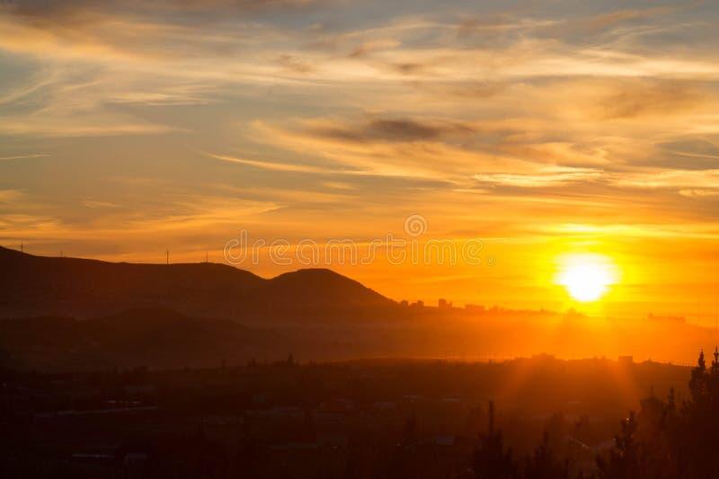 foto del paesaggio di un'alba sopra le colline e l'Oceano Atlantico di Patagone immagini stock libere da diritti