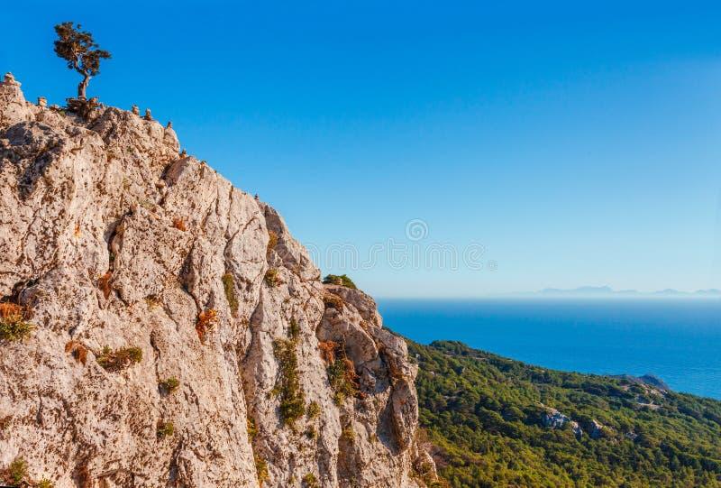 Foto del paisaje del skyview del mar de ruinas del castillo de Monolithos en la isla de Rodas, Dodecanese, Grecia Panorama con la foto de archivo