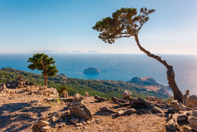 Foto del paisaje del skyview del mar de ruinas del castillo de Monolithos en la isla de Rodas, Dodecanese, Grecia Panorama con la foto de archivo libre de regalías