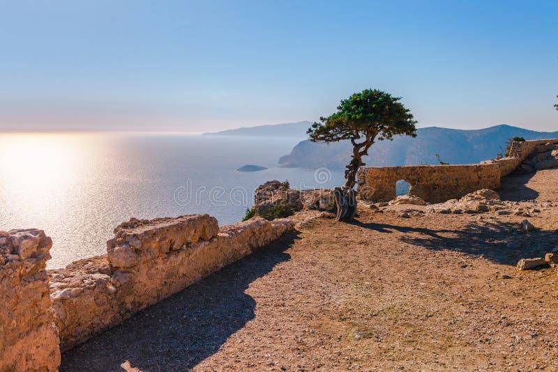 Foto del paisaje del skyview del mar de ruinas del castillo de Monolithos en la isla de Rodas, Dodecanese, Grecia Panorama con la imágenes de archivo libres de regalías