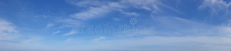 Foto del panorama del cielo azul con la nube lisa imágenes de archivo libres de regalías