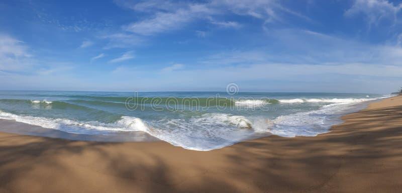 Foto del panorama de la playa con el mar alto y fuerte de la onda imagen de archivo