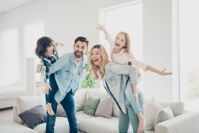 Foto del perfil de cuatro miembros de la familia que hacen que el mejor tiempo libre finja los apartamentos del aeroplano del vue fotografía de archivo libre de regalías