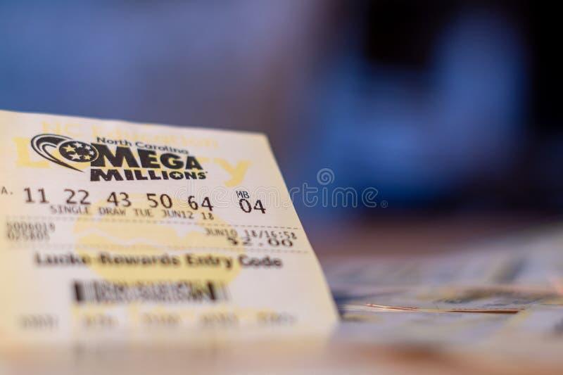 Foto del primer del boleto de lotería de Mega Millions con el espacio de la copia foto de archivo