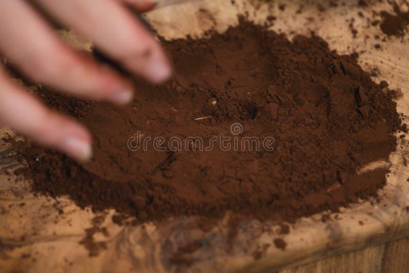 Foto del primer de hacer las trufas de chocolate fotografía de archivo libre de regalías
