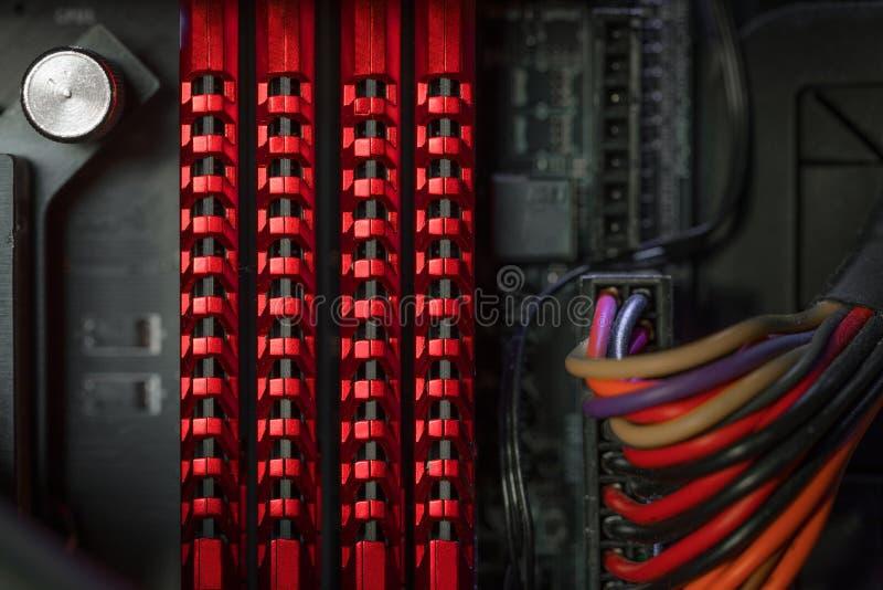 Foto del primer de la memoria de acceso aleatorio dentro de la caja del ordenador imágenes de archivo libres de regalías