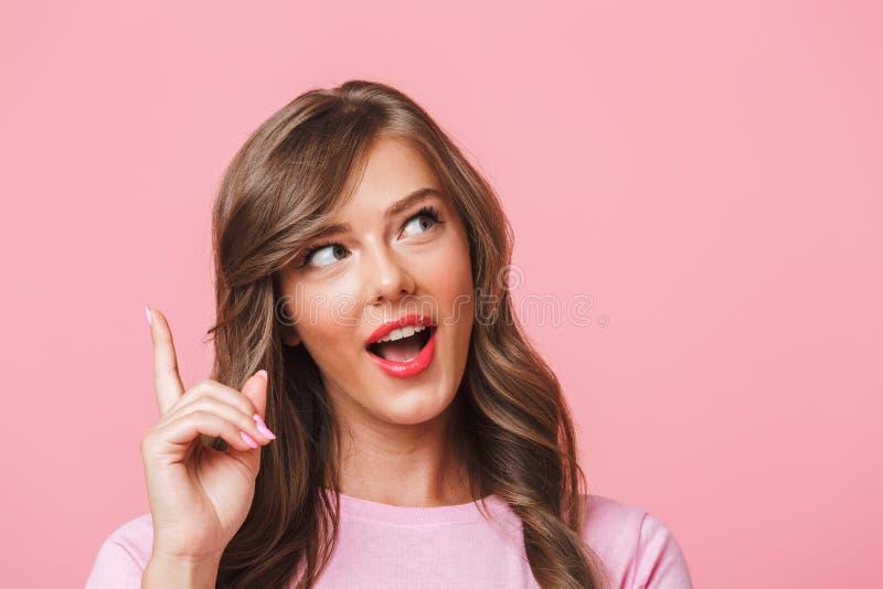 Foto del primer de la mujer linda feliz con el retrete marrón rizado largo del pelo fotos de archivo libres de regalías