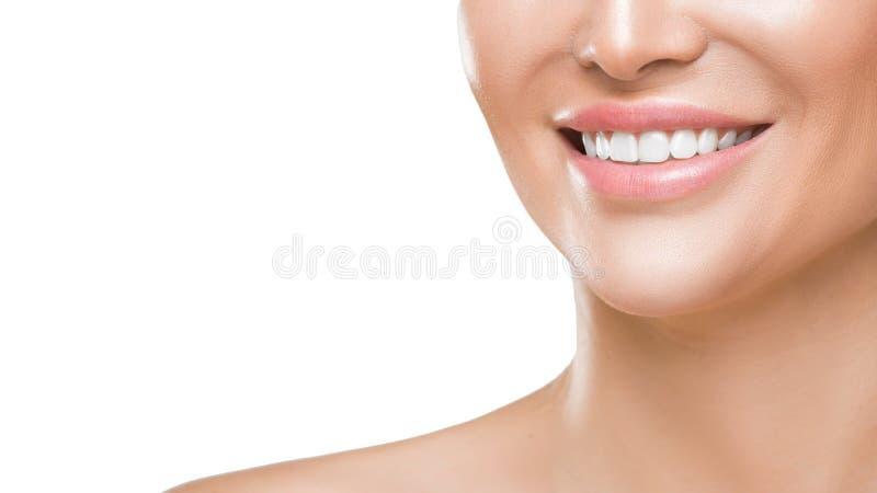 Foto del primer de la sonrisa de la mujer con los dientes sanos blancos, aislada en el fondo blanco imagen de archivo
