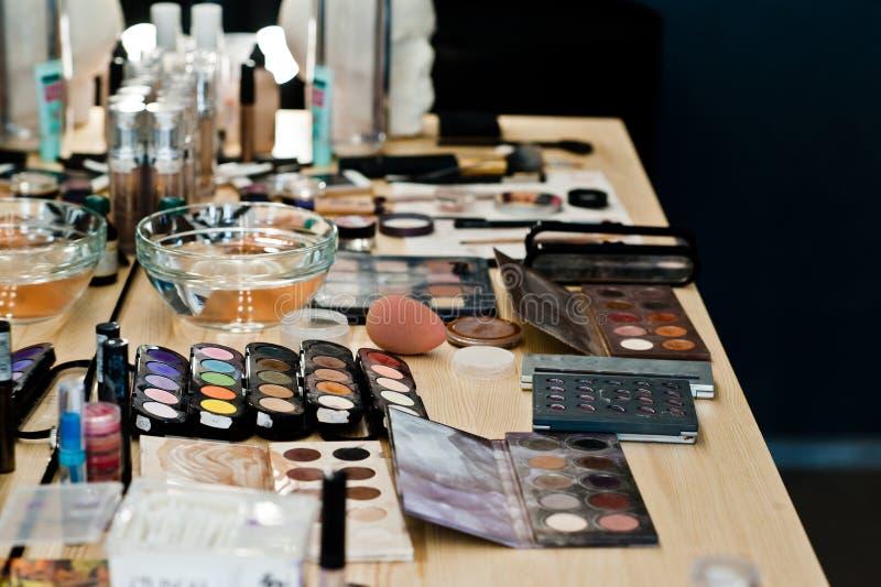 Foto del primer de los cepillos del maquillaje, sombreadores de ojos, polvo en belleza imagenes de archivo