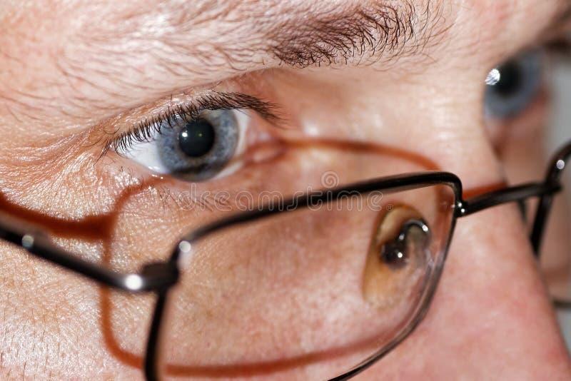 Foto del primer de ojos humanos con los vidrios foto de archivo