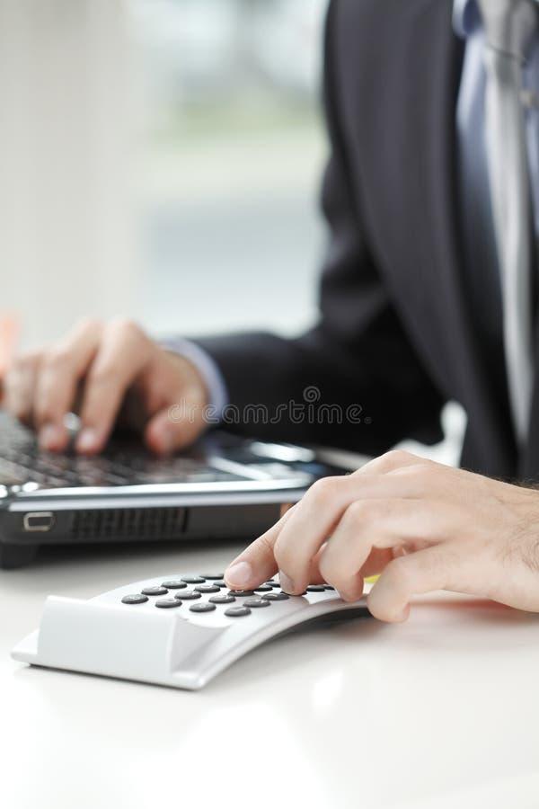 Foto del primer de un hombre de negocios que analiza datos financieros foto de archivo