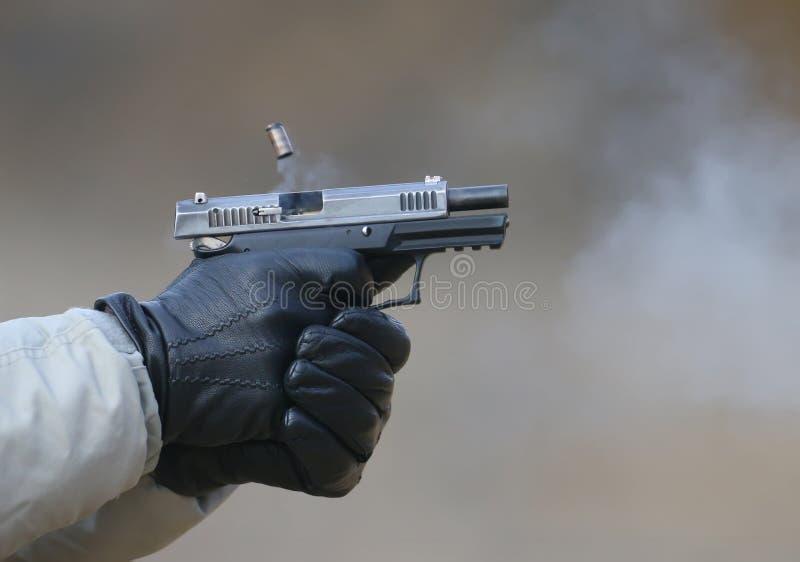 Foto del primer de un tiroteo de la pistola imagenes de archivo
