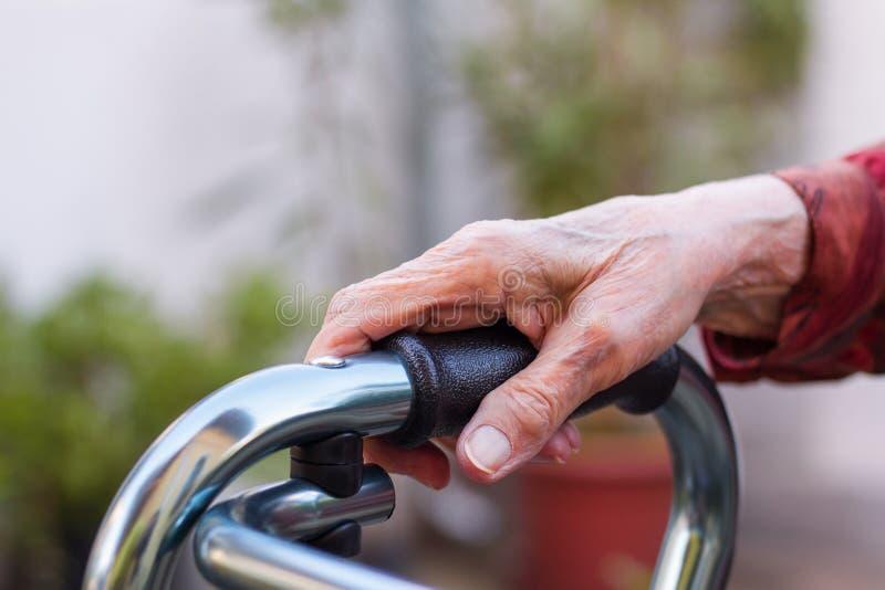 Foto del primer de una mano mayor de la mujer foto de archivo