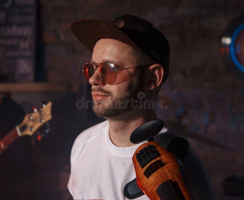 Foto del primer del hombre que toca el violín eléctrico fotografía de archivo