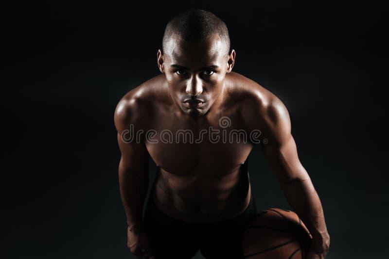 Foto del primer del jugador de básquet afroamericano que sostiene la bola, fotografía de archivo libre de regalías
