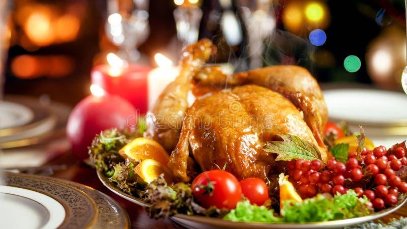 Foto del primer del vapor que viene de pollo recientemente cocido en cena de la familia imágenes de archivo libres de regalías