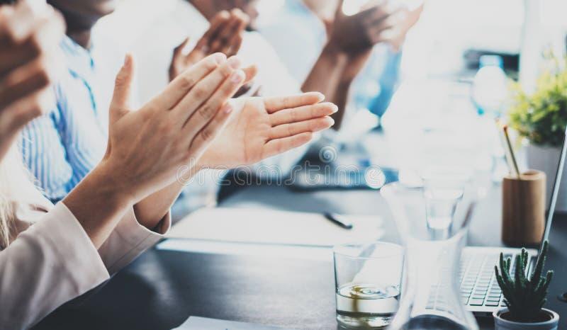 Foto del primo piano dei partner che applaudono le mani dopo il seminario di affari Istruzione professionale, riunione del lavoro immagine stock