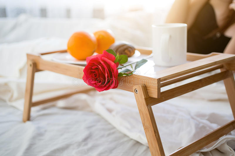 Foto del primo piano del vassoio con la prima colazione e la rosa rossa a camera di albergo fotografie stock libere da diritti
