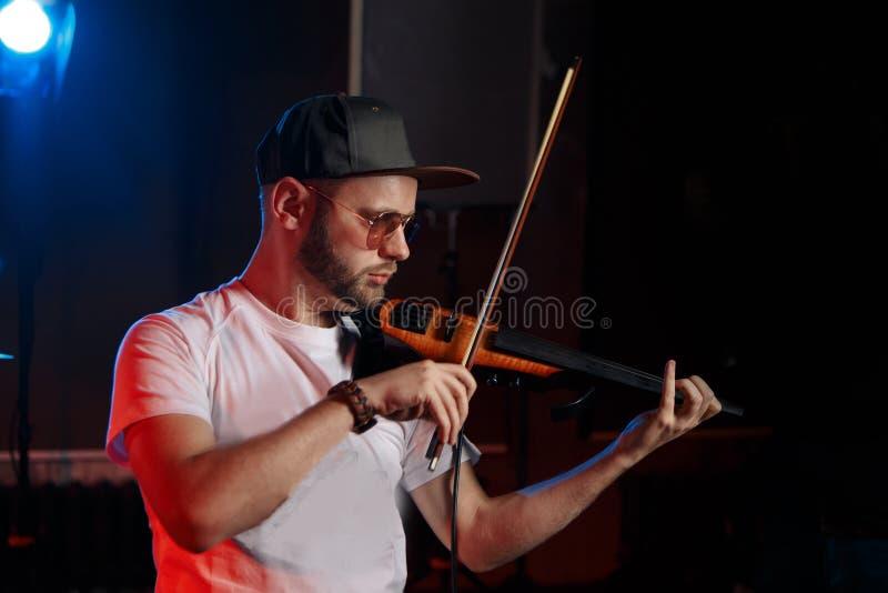 Foto del primo piano dell'uomo che gioca violino fotografia stock