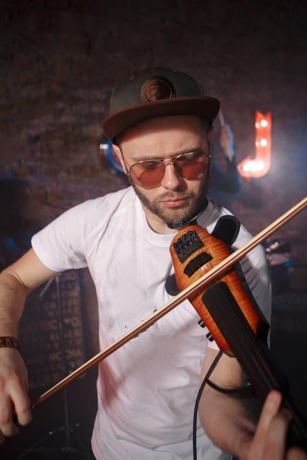 Foto del primo piano dell'uomo che gioca violino elettrico fotografie stock libere da diritti